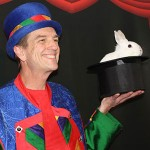 Biz le magicien des enfants et son fidèle compagnon Whippet