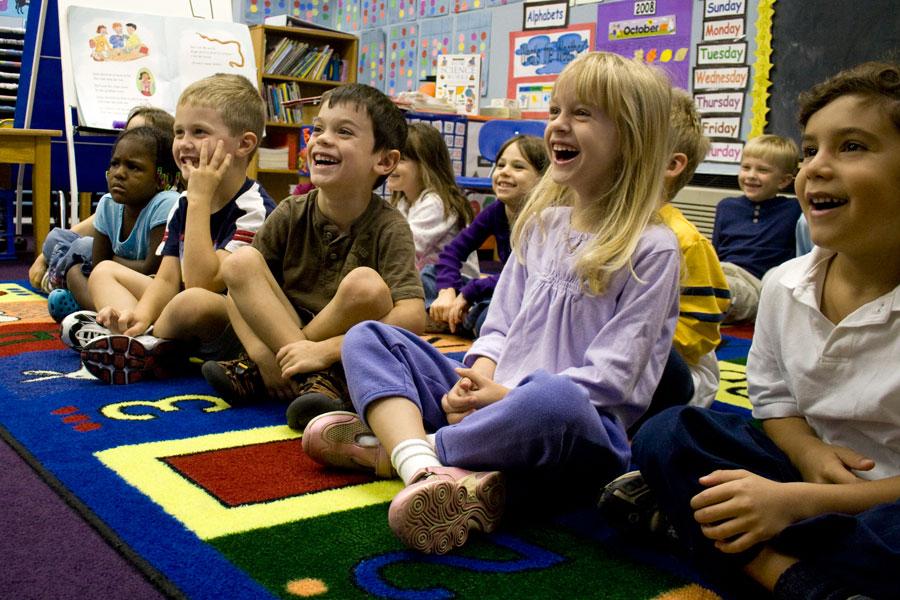 Enfants qui rient à l'école